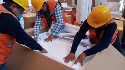 BIRMEX empaqueta la vacuna contra la poliomielitis en cajas de envasado en frío para que DirectRelief las transporte a Nicaragua. (PRNewsfoto/Direct Relief)