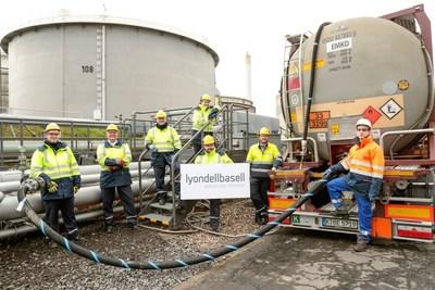 Primera entrega de aceite de pirólisis para la producción de polímeros en la instalación de LyondellBasell en Wesseling, Alemania (se retiraron brevemente las mascarillas faciales para tomar esta imagen).